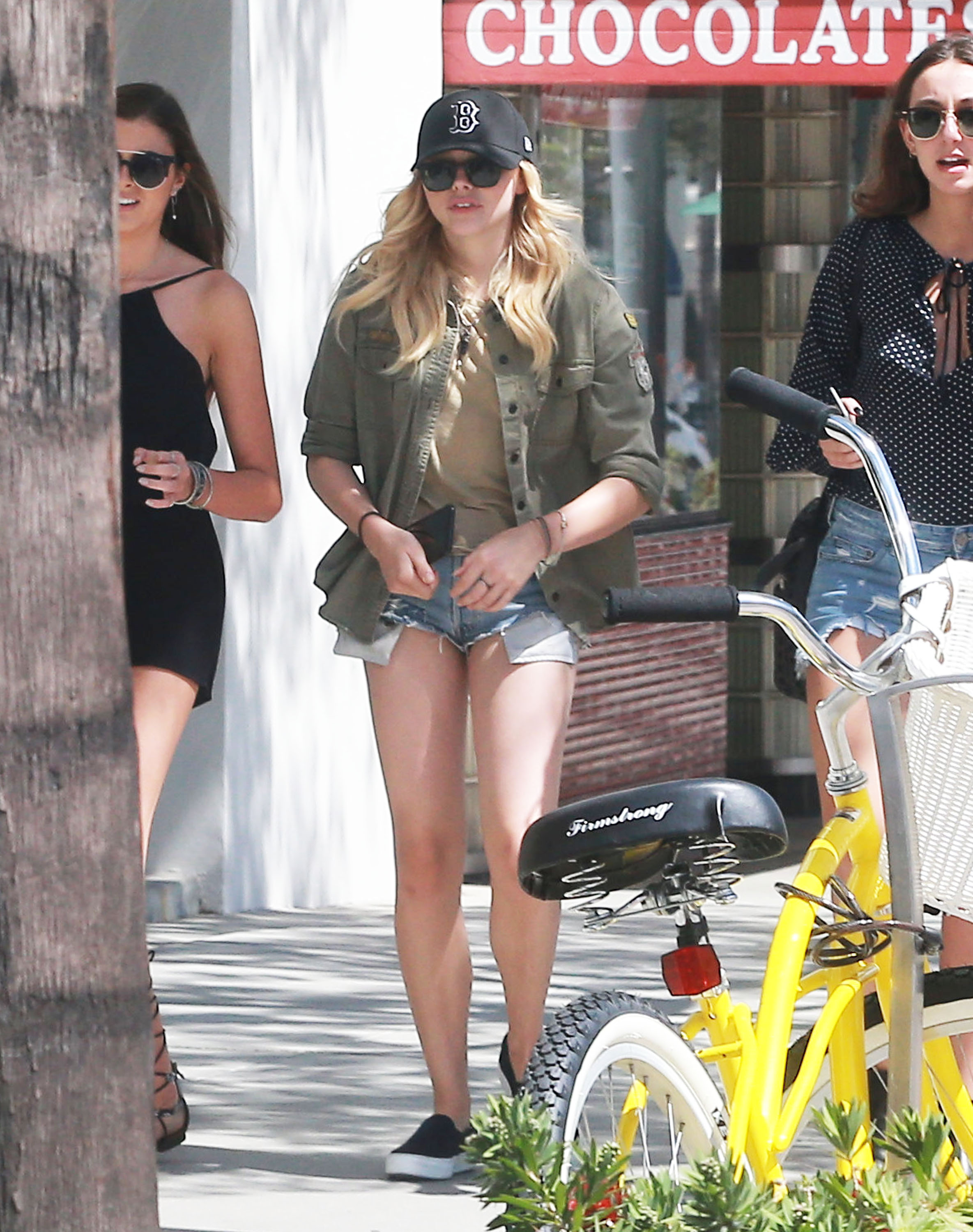 grace clohe cameltoe Chloe Grace Moretz Lunches With Friends