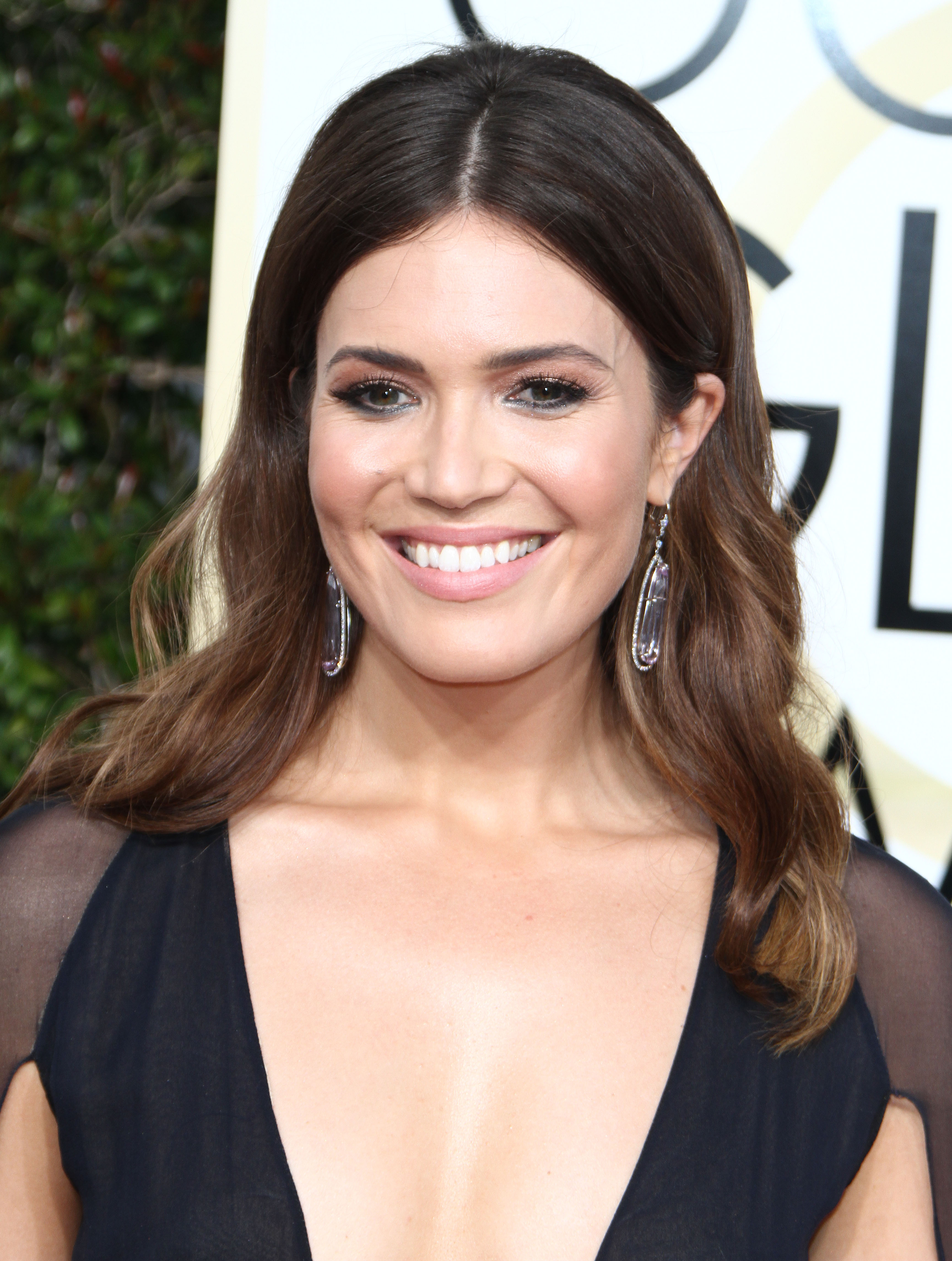 Golden Globes 2017: Mandy Moore Goes For the Cape